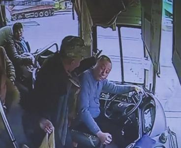 男子因坐过站挥拳打公交司机 警方已着手调查