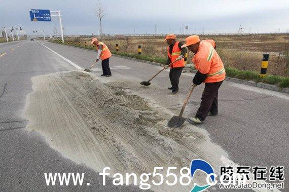 牟平公路部门及时清扫撒漏沙土保障公路畅通