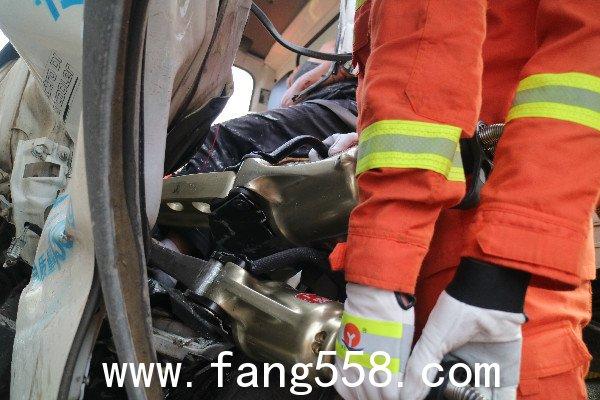 公明中队救出交通事故中被困男子